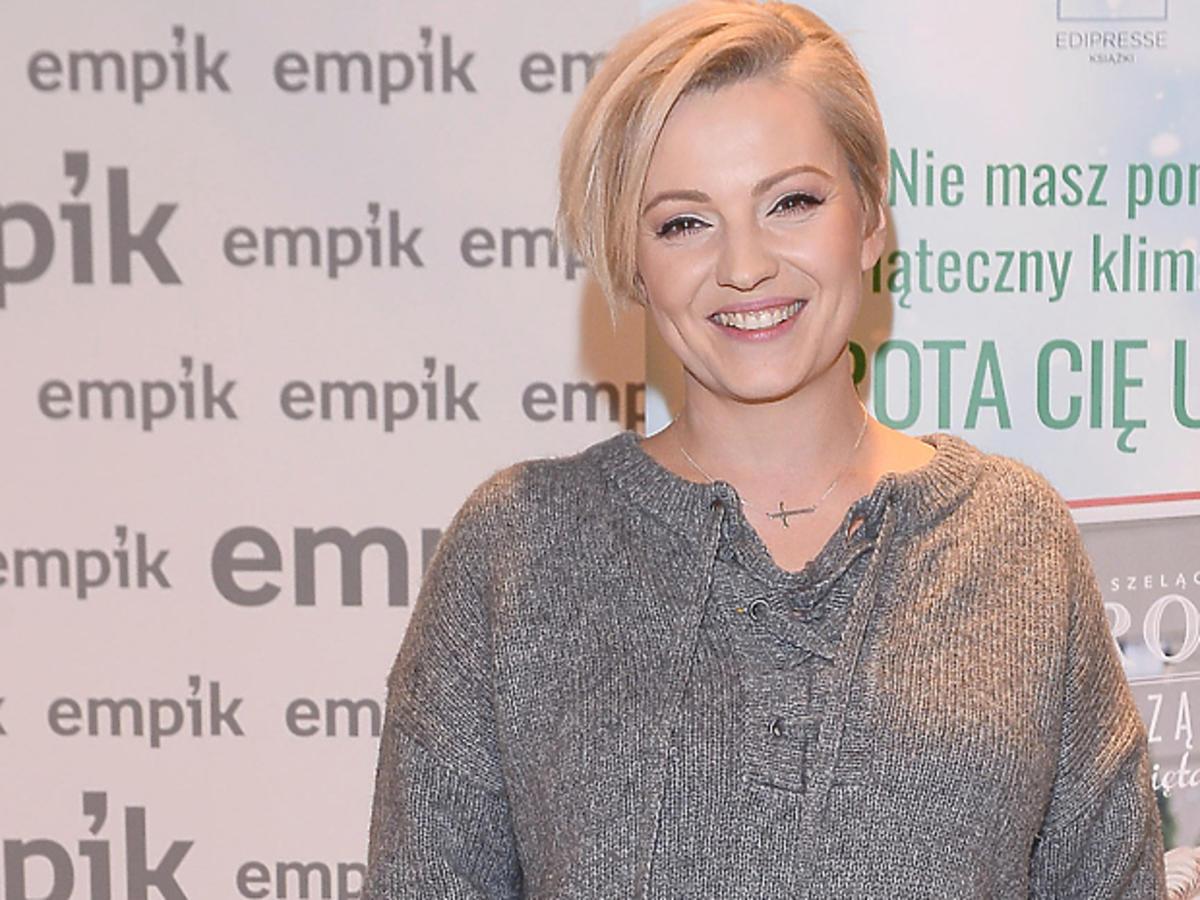 Dorota Szelągowska w szarym swetrze