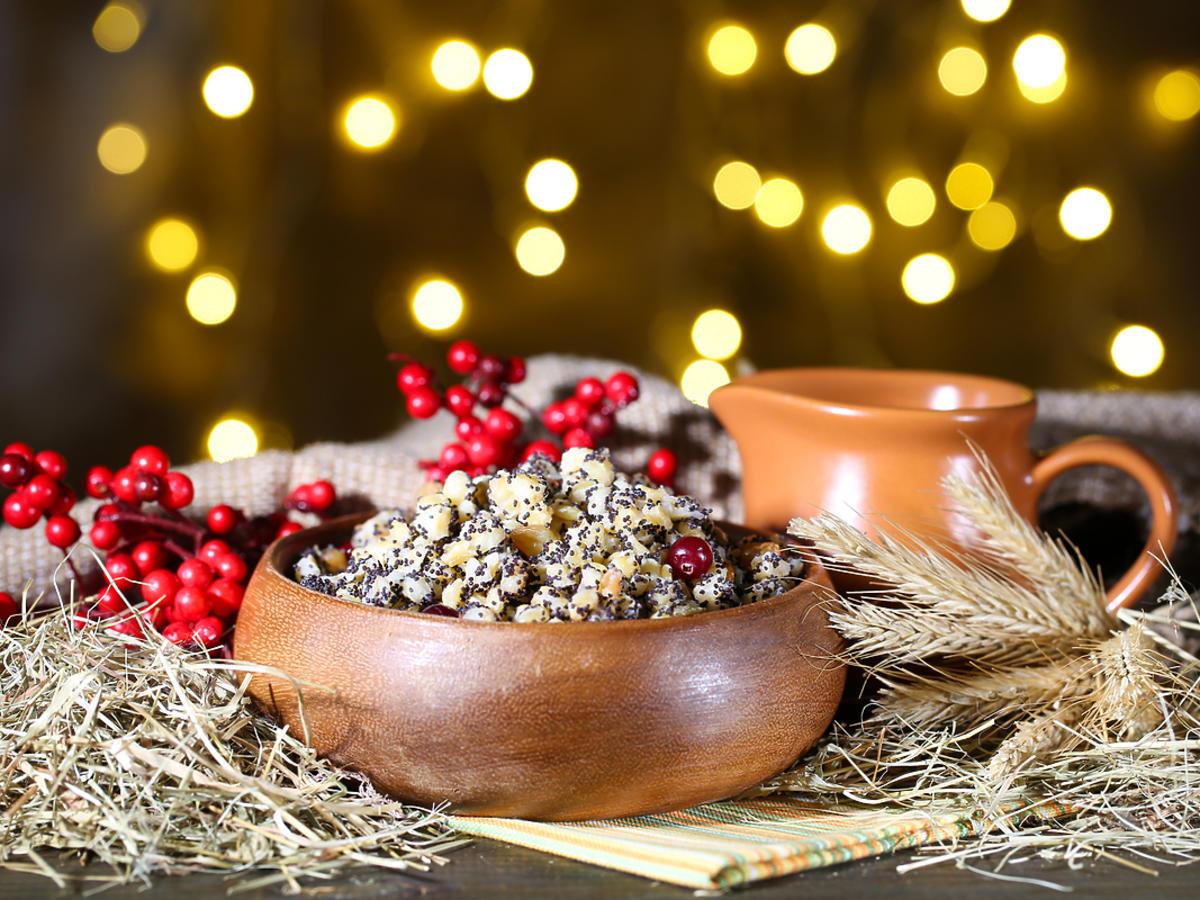 Drewnian miska z kutią w bożonarodzeniowej stylizacji