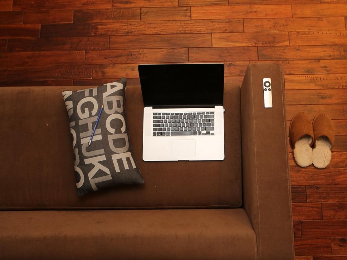 Drewniana podłoga. Laptop.