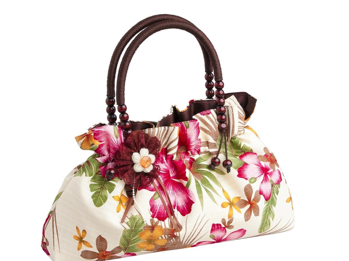 Duża lniana torebka w kwieciste motywy i z drewnianą rączką.