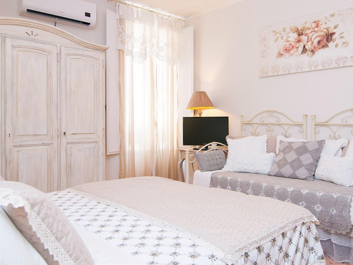 Duże białe łoże małżeńskie w sypialni