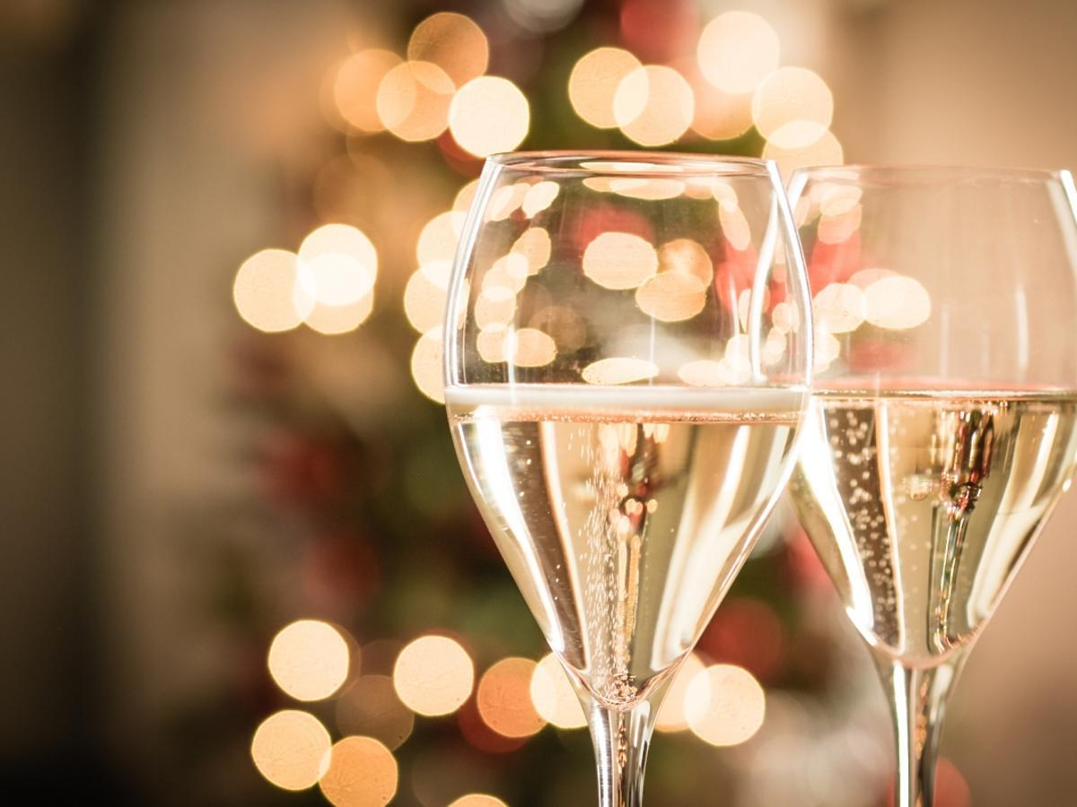 dwa kieliszki szampana