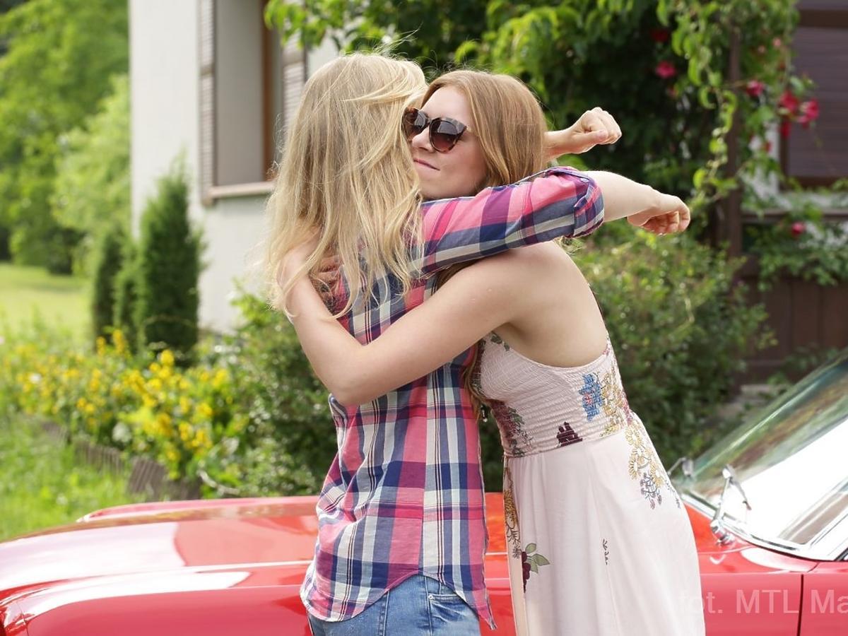 Dwie dziewczyny przytulają się