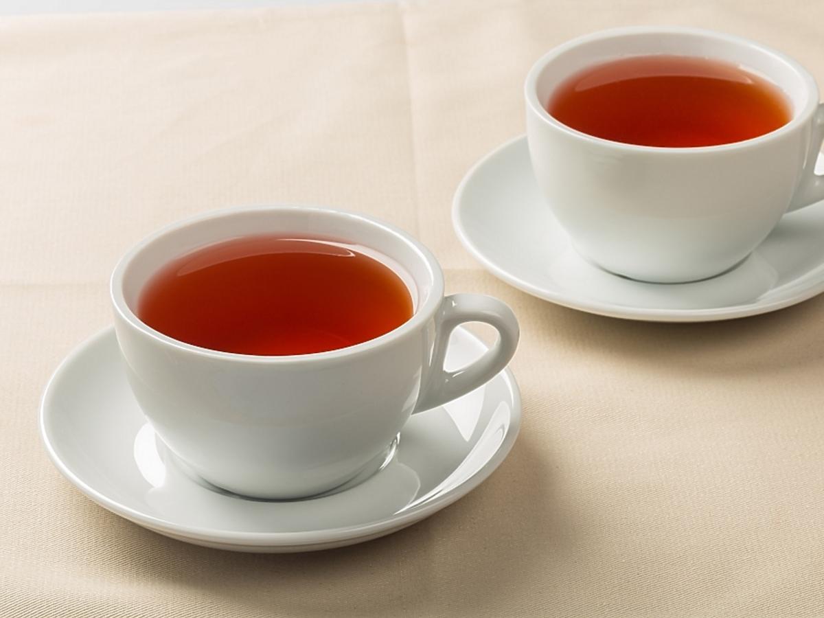 dwie filiżanki z herbatą z miłorzębu japońskiego