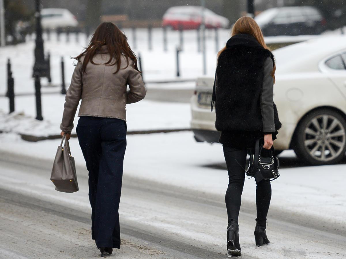 Dwie kobiety tyłem