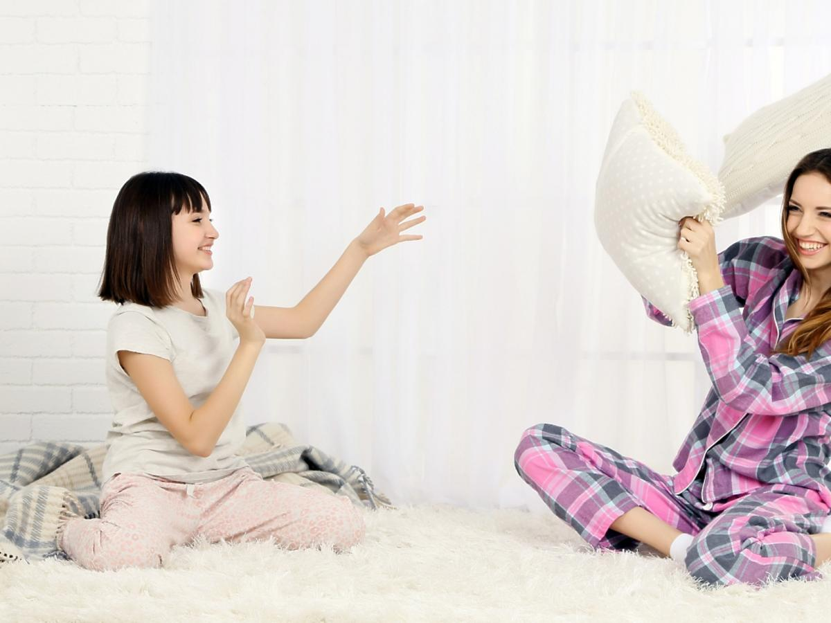 Dwie, młode kobiety w piżamach