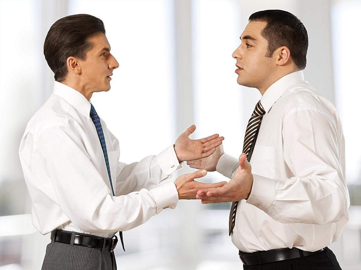 dwóch mężczyzn dyskutujących