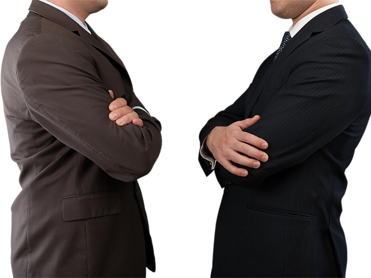 dwóch mężczyzn naprzeciwko siebie
