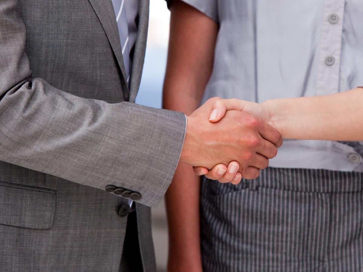 dwóch mężczyzn podających sobie ręce