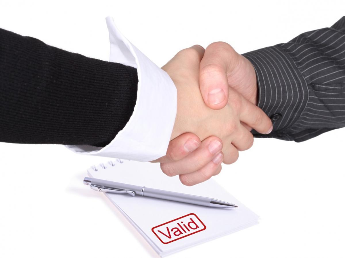 Dwóch mężczyzn wymienia uścisk dłoni