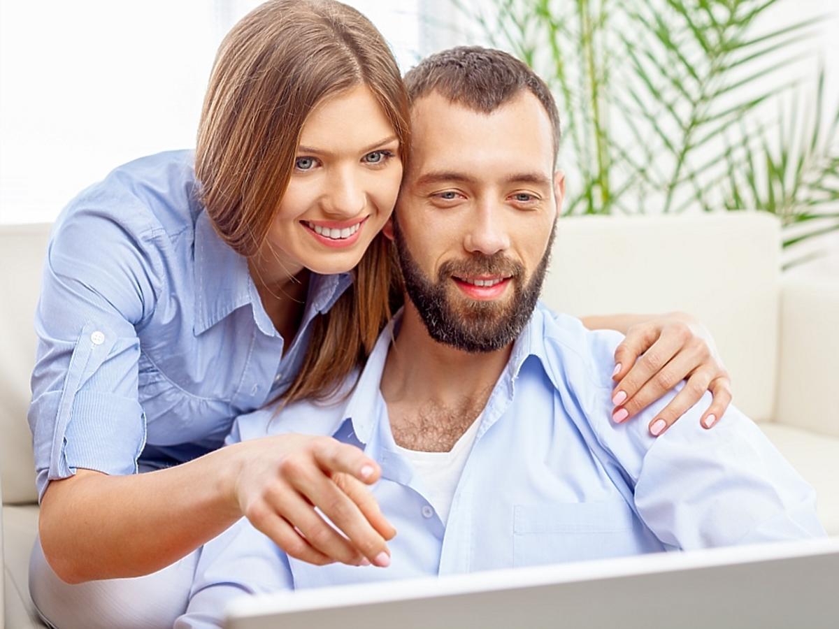 dwoje młody ludzi przed laptopem
