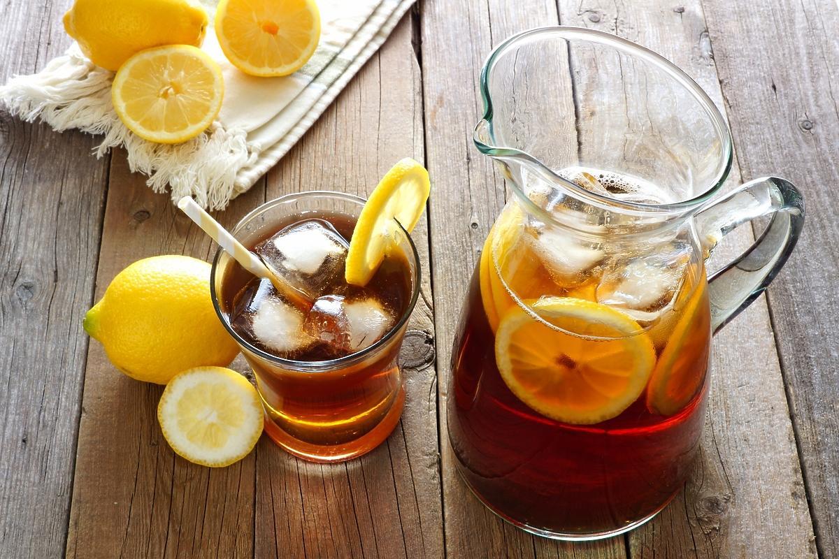 dzbanek i szklanka z mrożoną herbatą