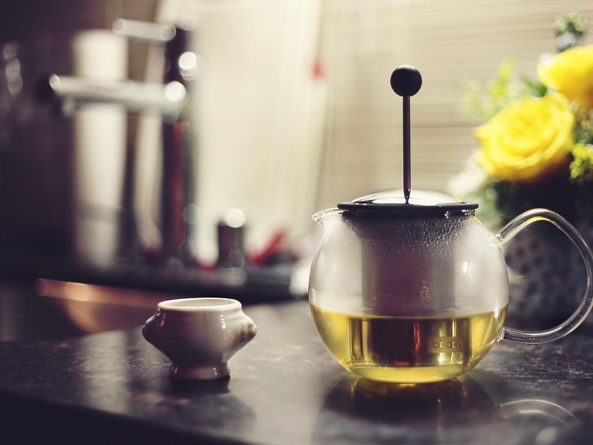 Dzbanek z zaparzoną zieloną herbatą.