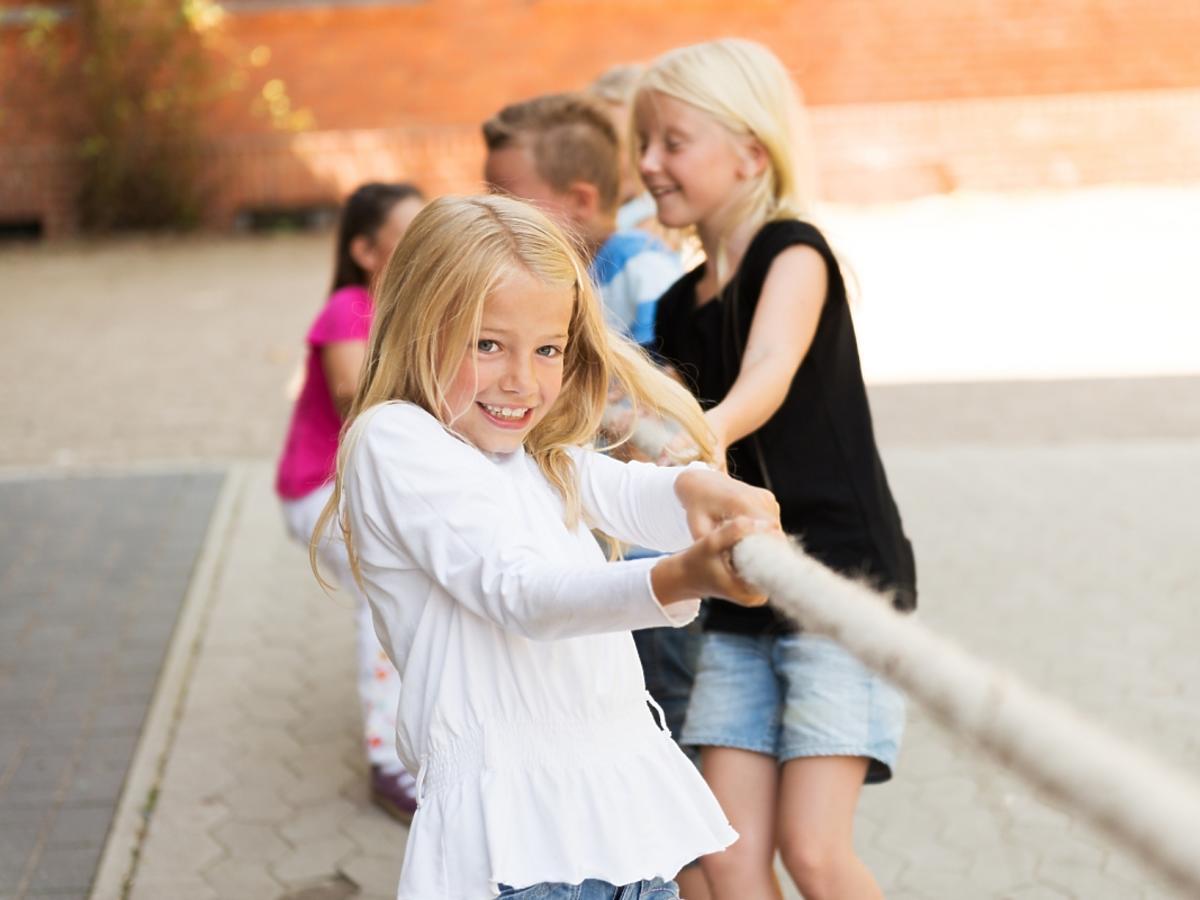 Dzieci bawiące się w szkole