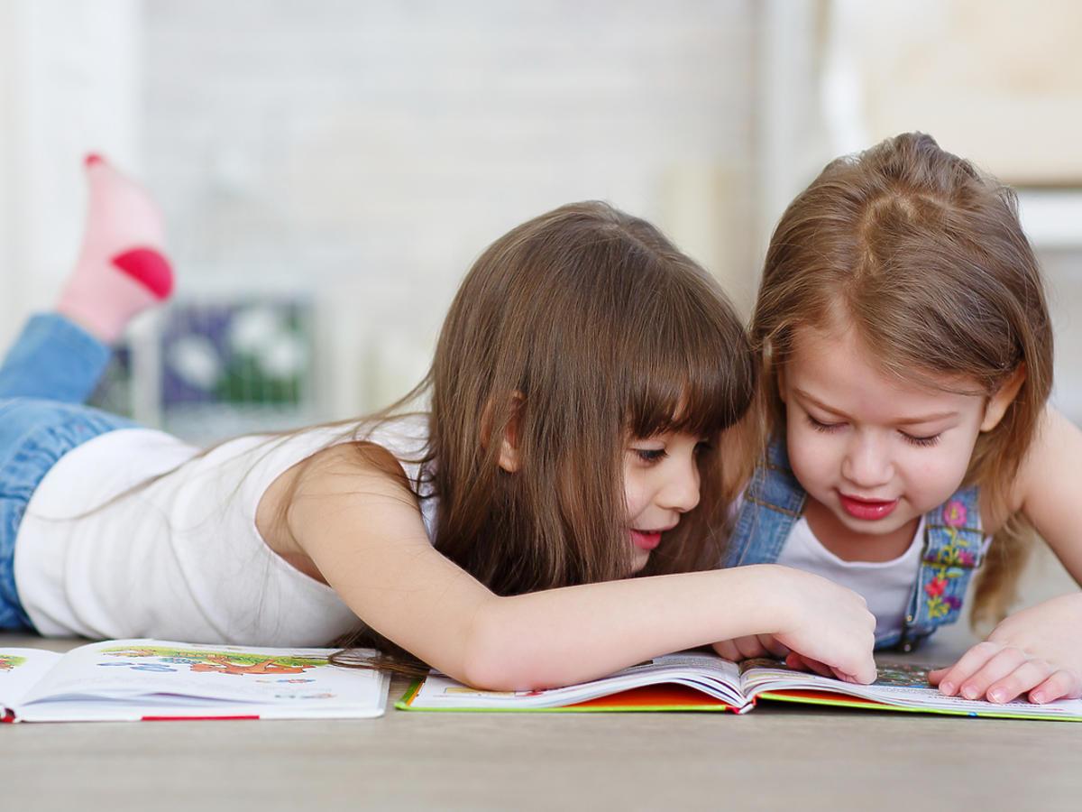dzieci oglądające kolorową książkę