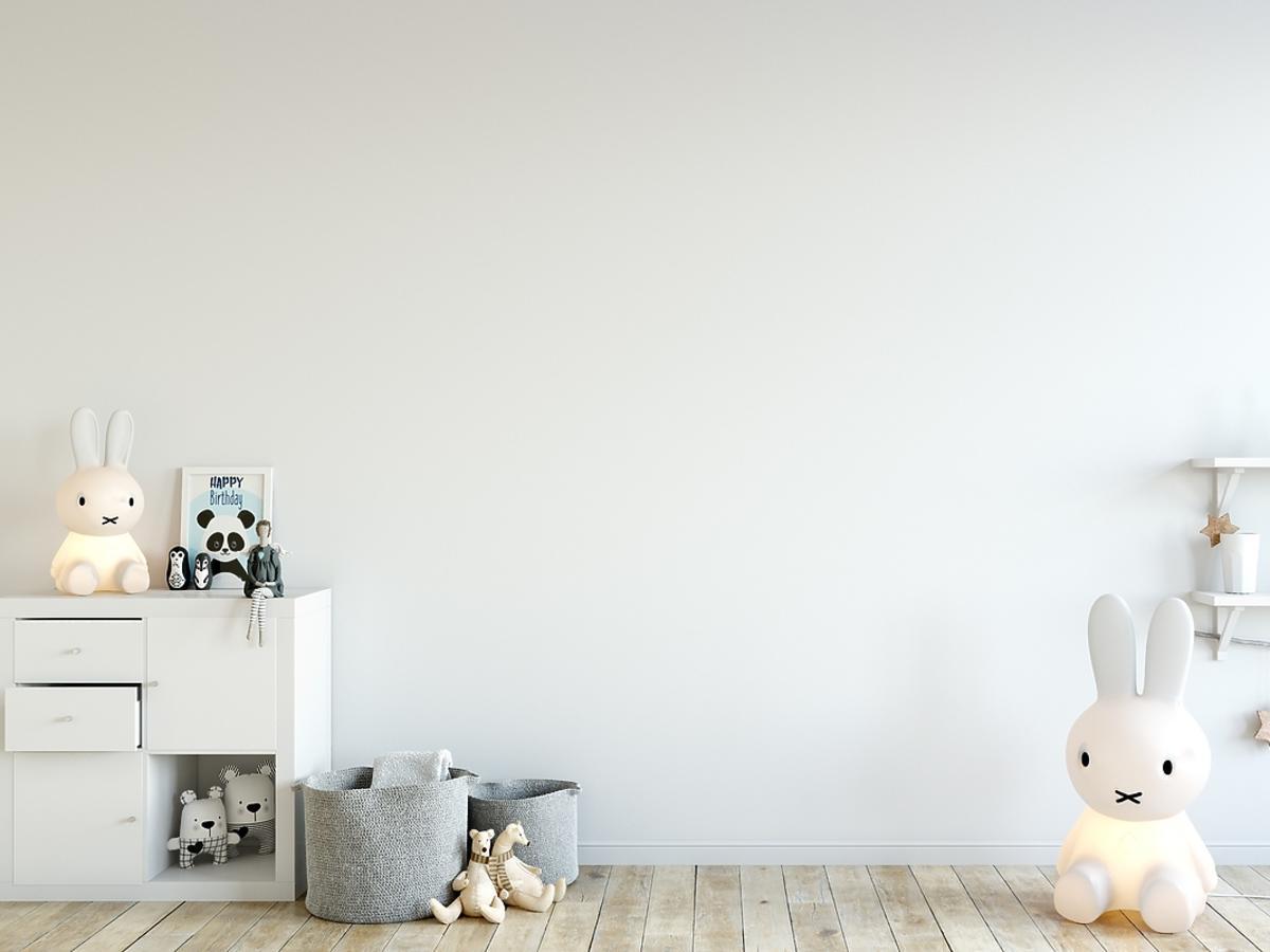 Dziecięcy pokój ozdobiony lampkami led w kształcie królika.