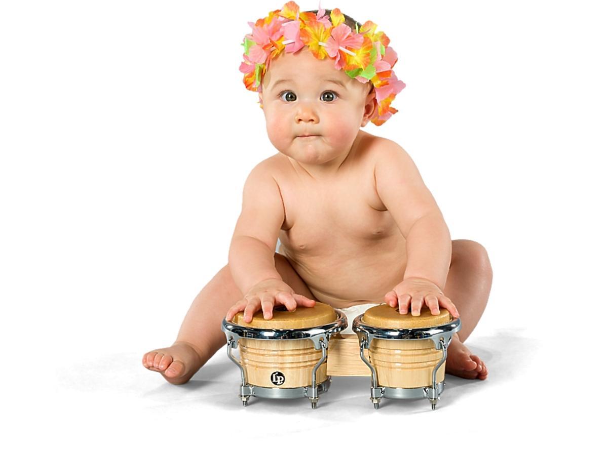 Dziecko gra na bębenkach