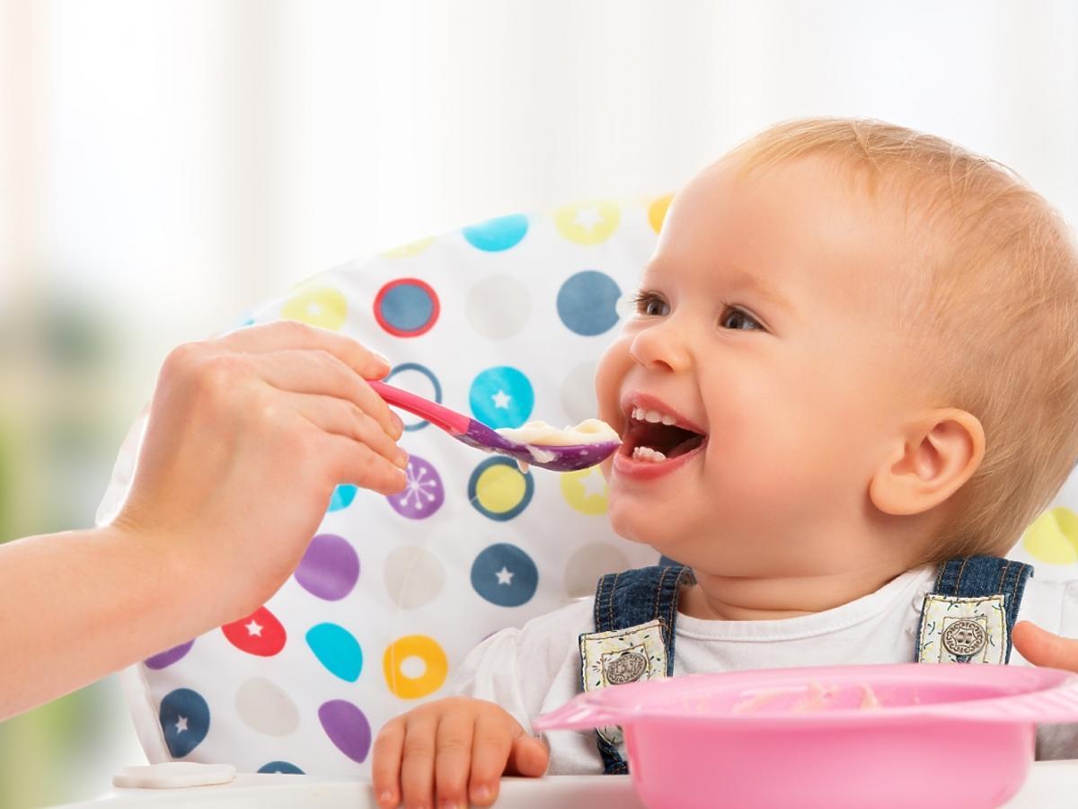 Dziecko je obiad z łyżeczki