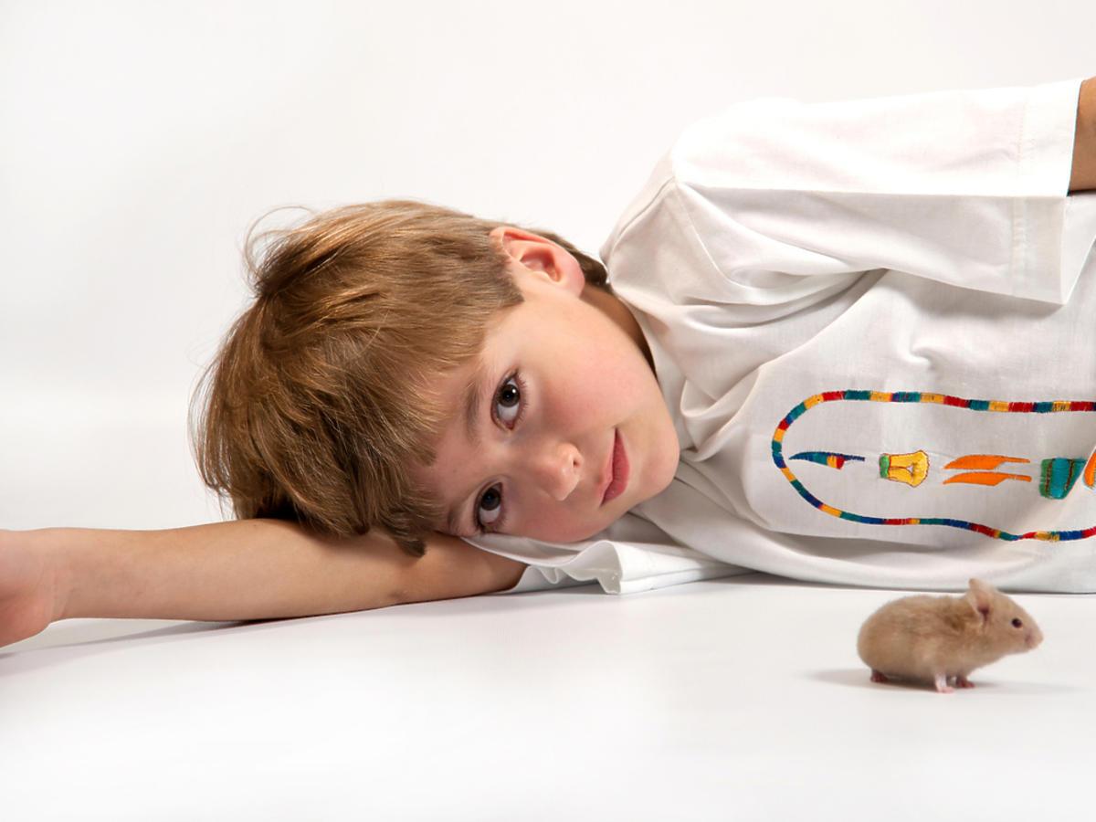 dziecko leżące na podłodze