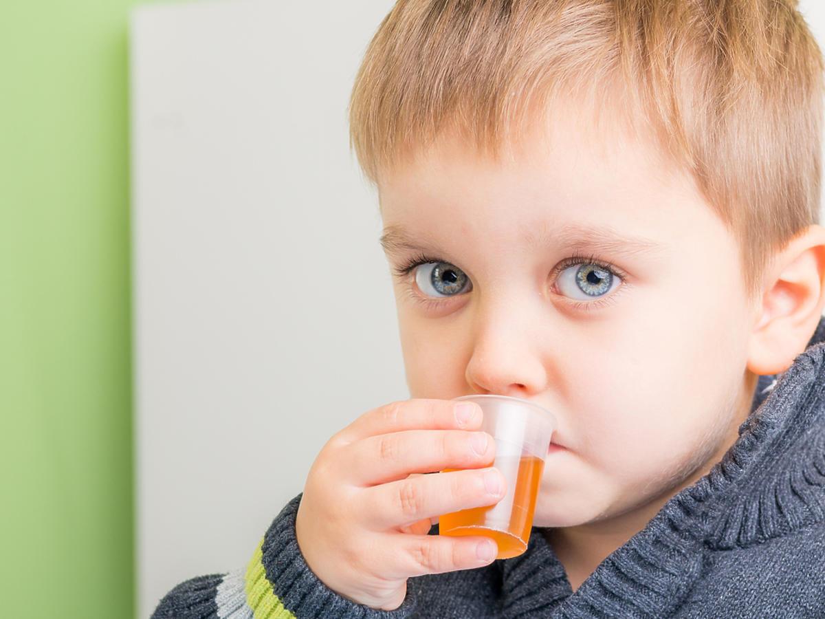 dziecko pijące lek na kaszel
