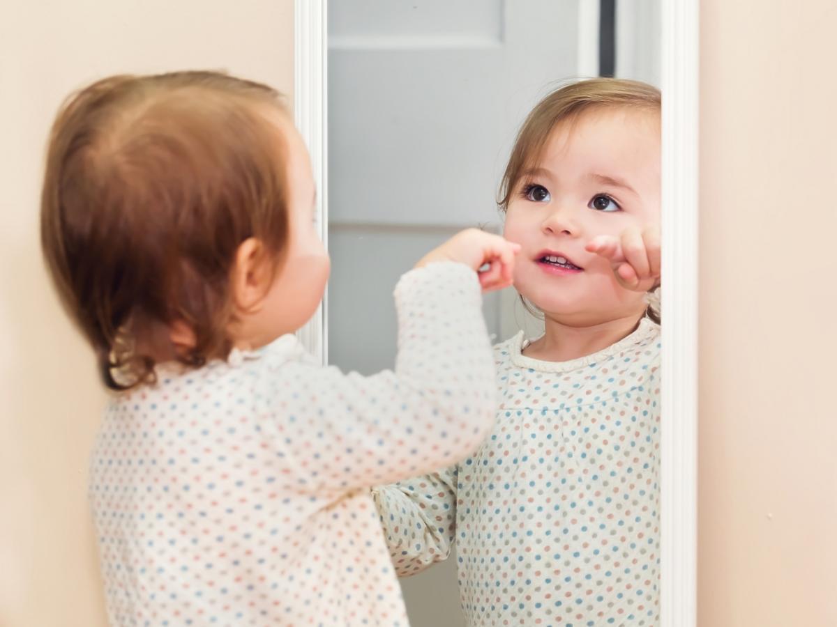 Dziecko przed lustrem