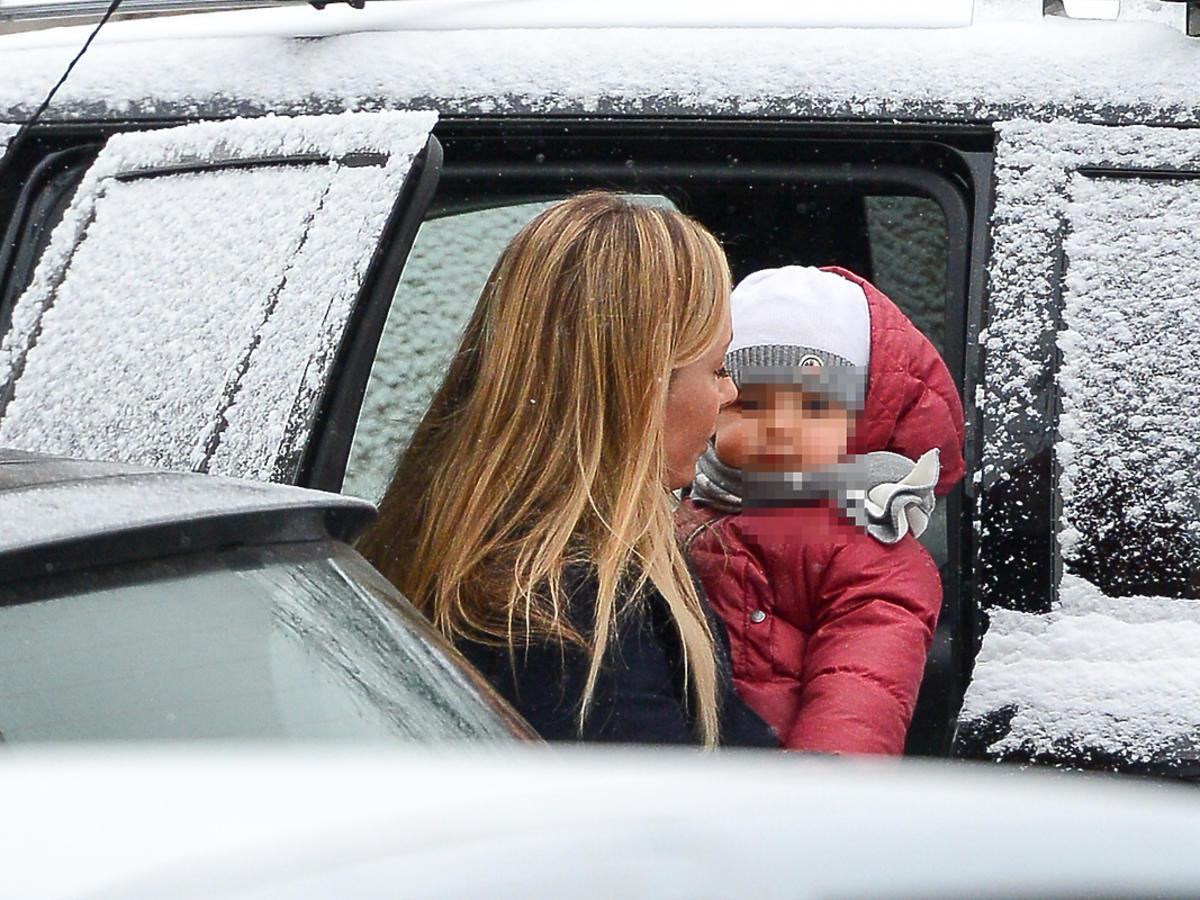 Dziecko w białej czapce