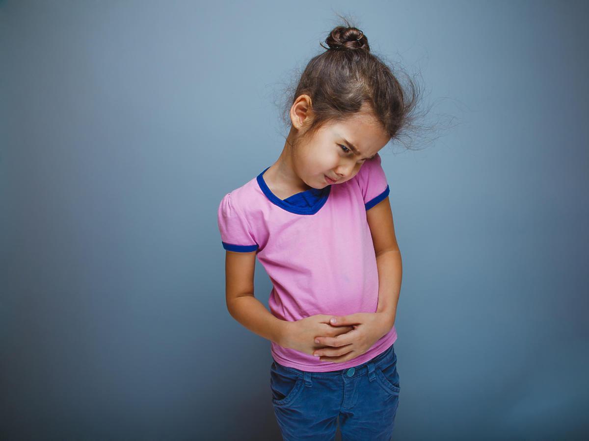 dziecko z bolącym brzuchem