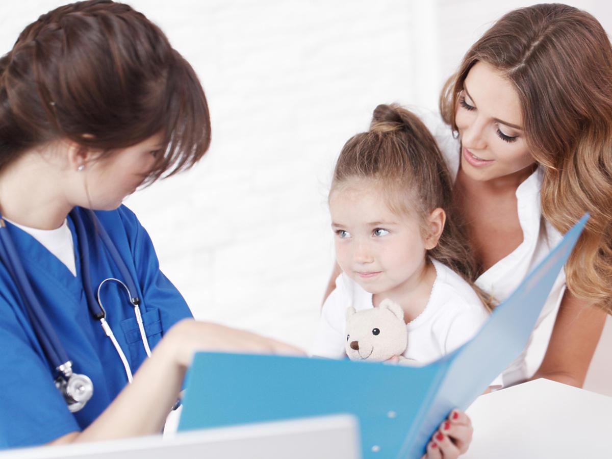 dziecko z mamą u lekarza