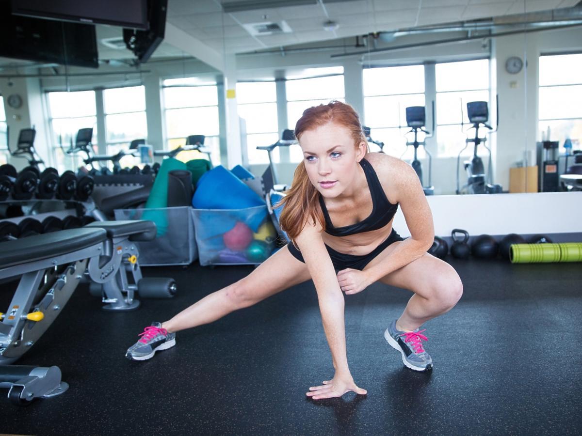 dziewczyna ćwiczy na siłowni