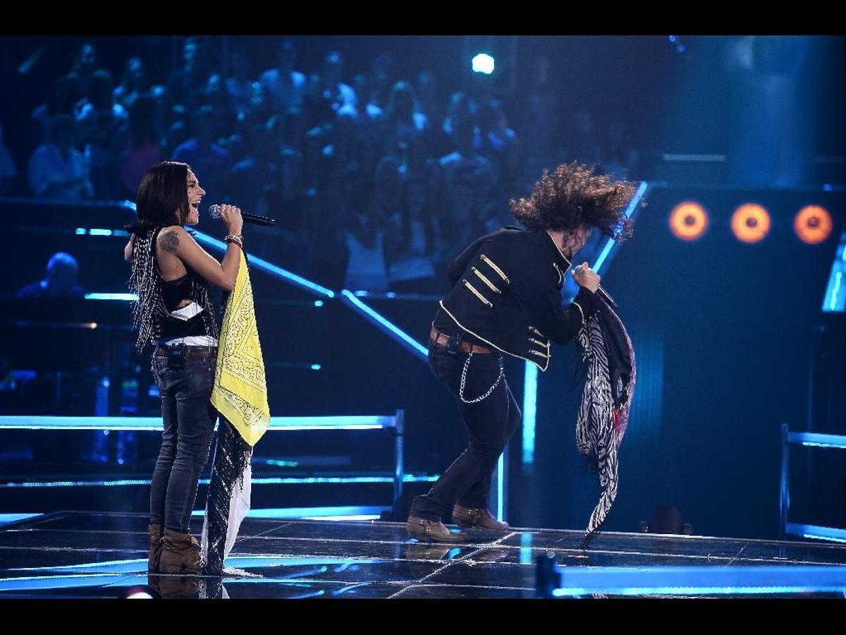 Dziewczyna i chłopak na scenie