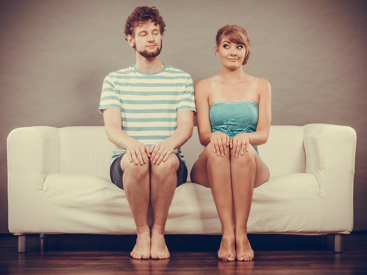 Dziewczyna i chłopak siedzą na kanapie