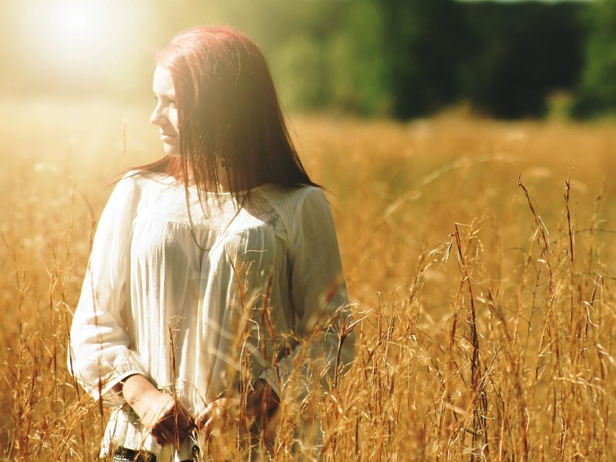 Dziewczyna na polu zboża