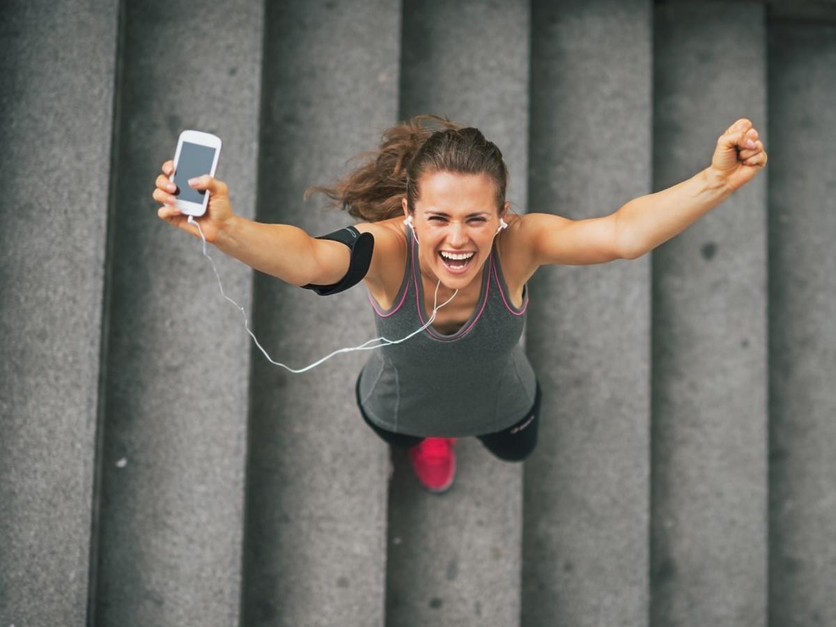 dziewczyna podskakuje na schodach
