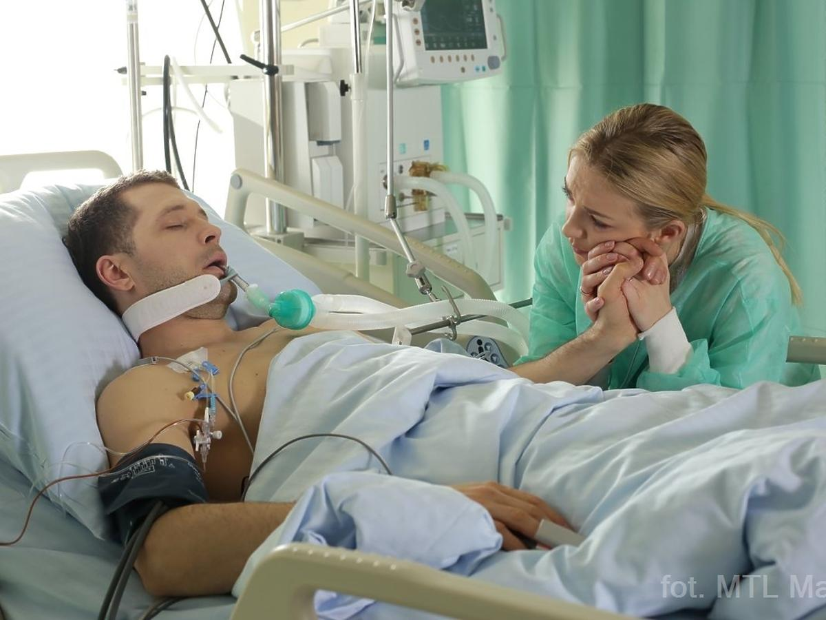 Dziewczyna przy szpitalnym łózku