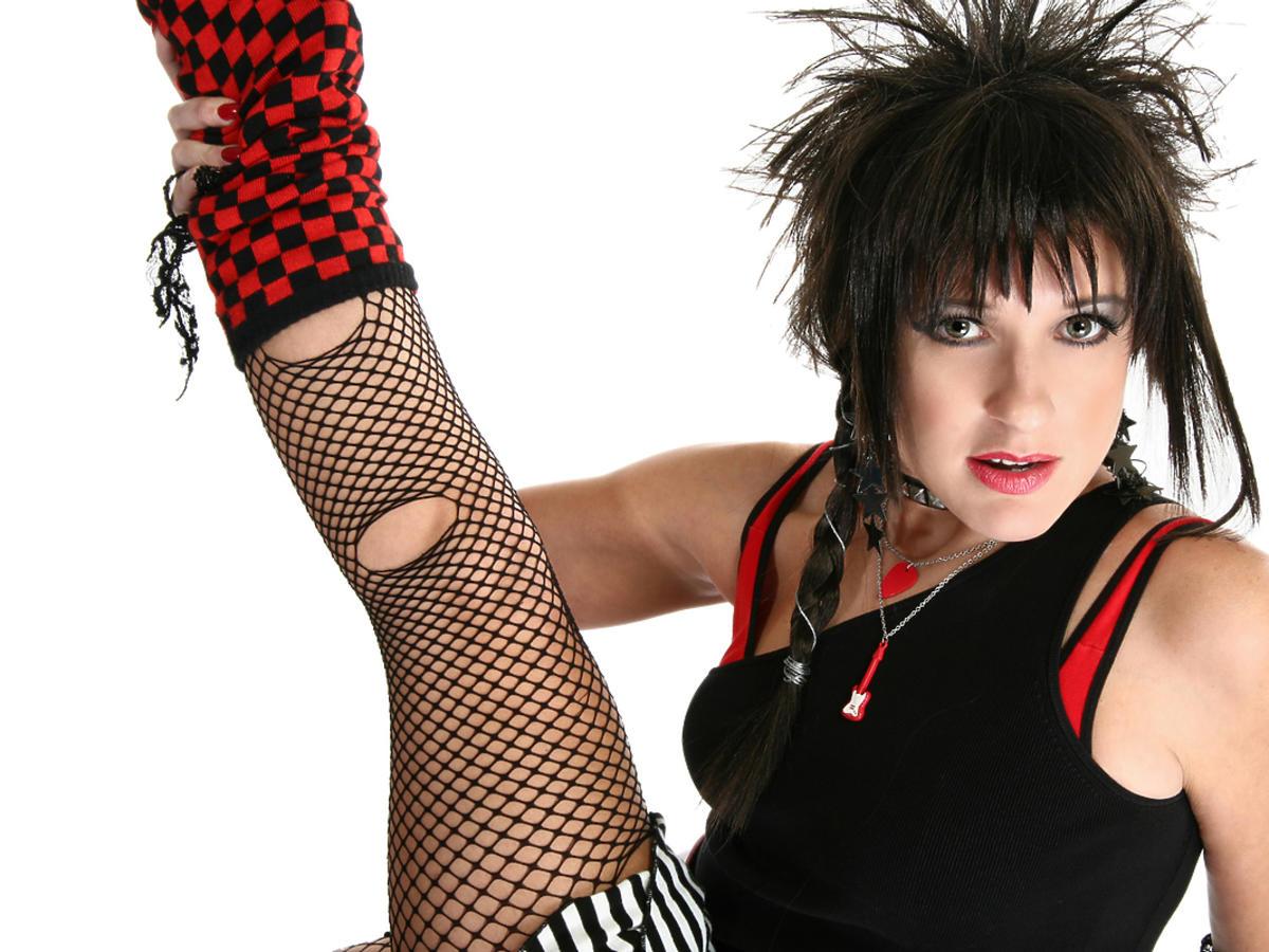 Dziewczyna ubrana na rockowo w stylu lat 80.