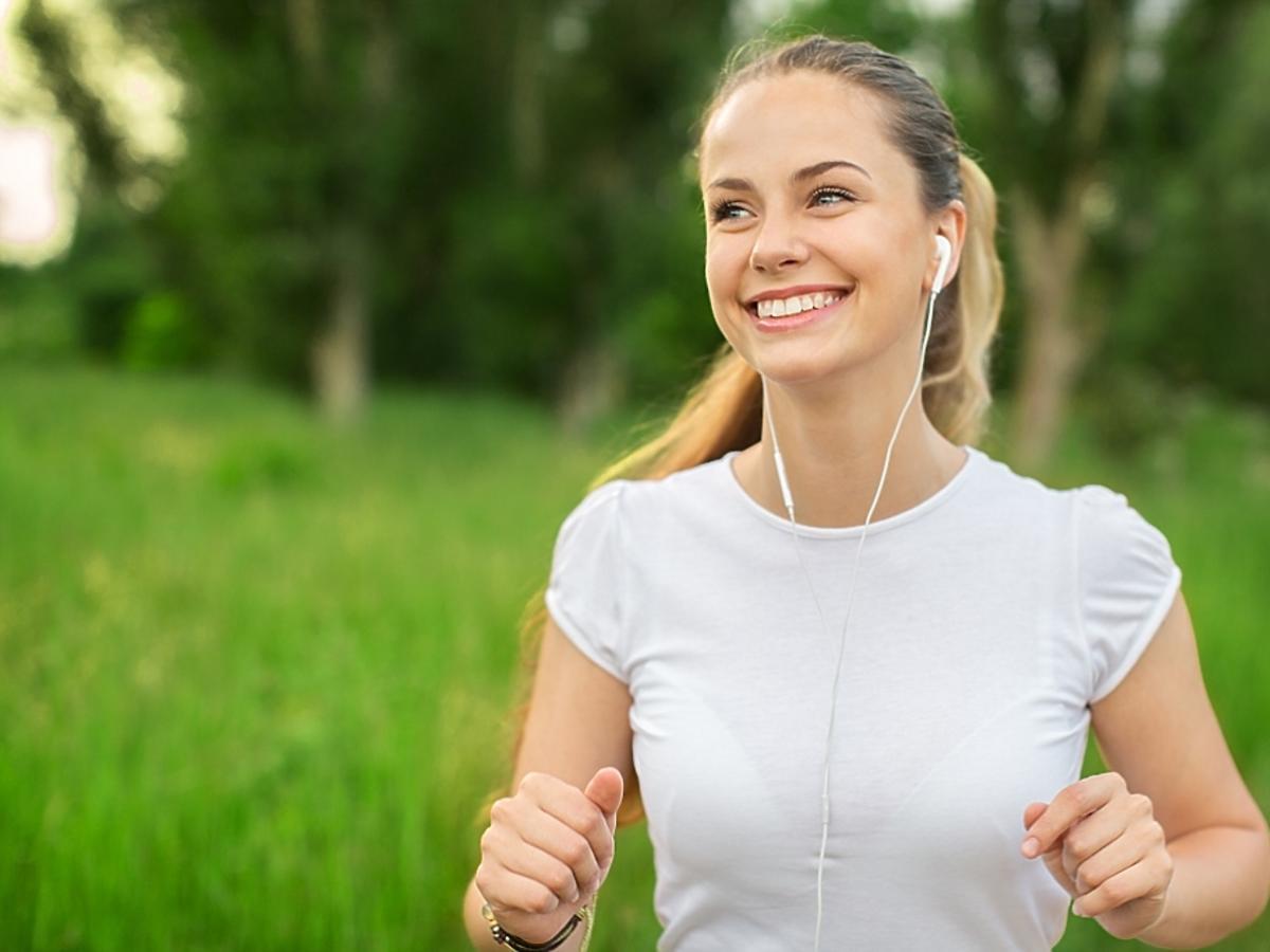 dziewczyna uprawia jogging