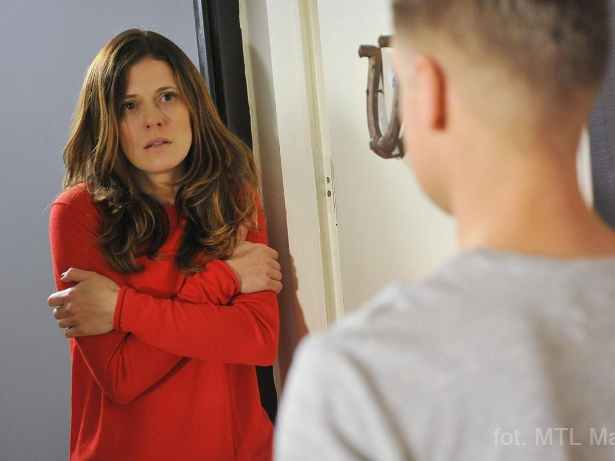 Dziewczyna w czerwonym swetrze