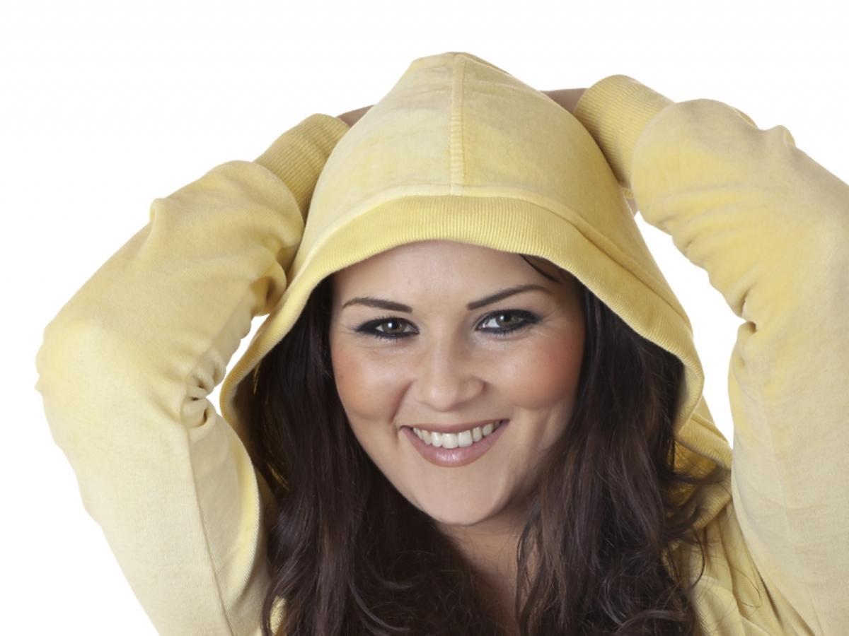 Dziewczyna w żółtym dresie