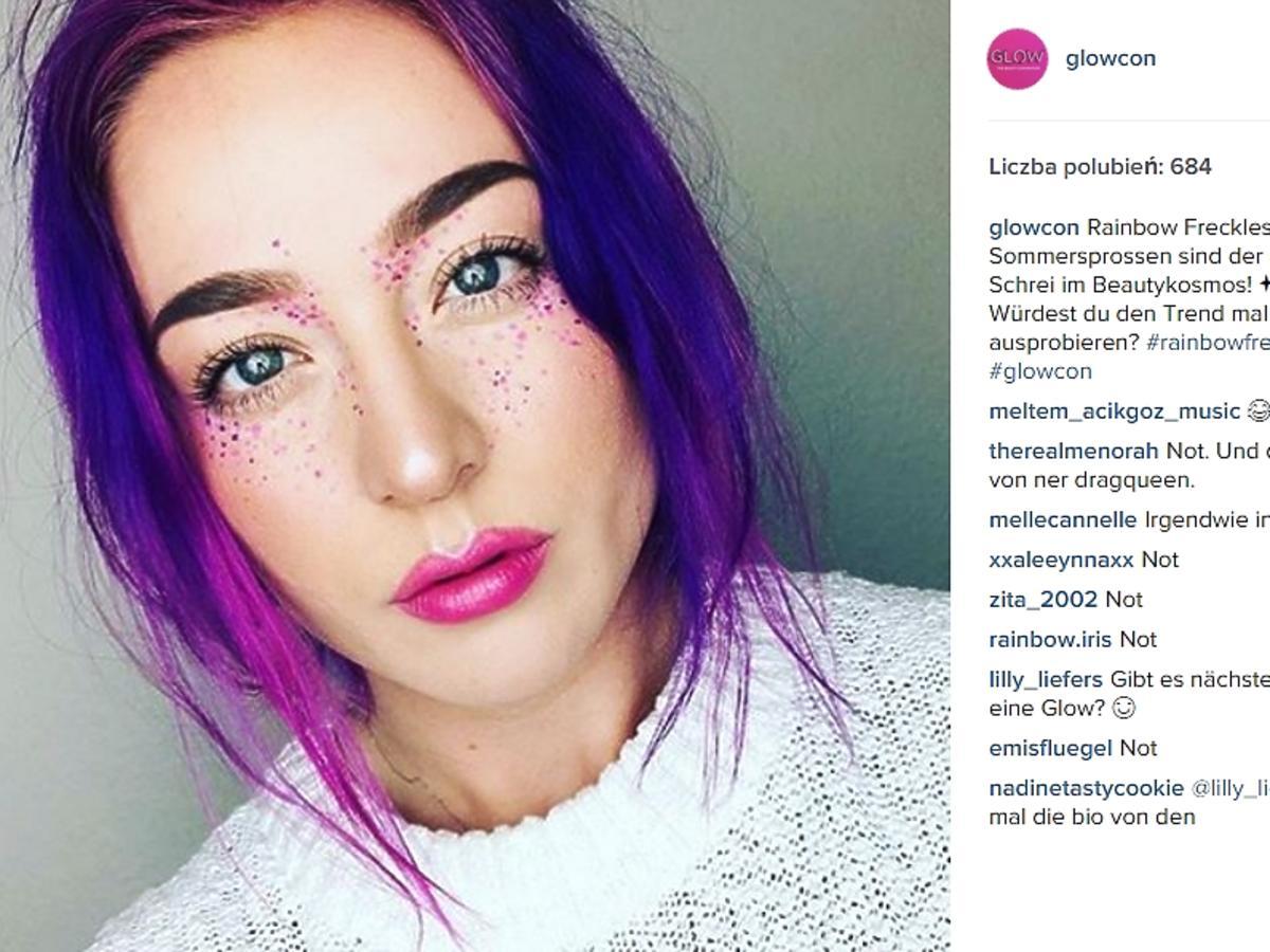 Dziewczyna z fioletowymi włosami i kolorowymi piegami