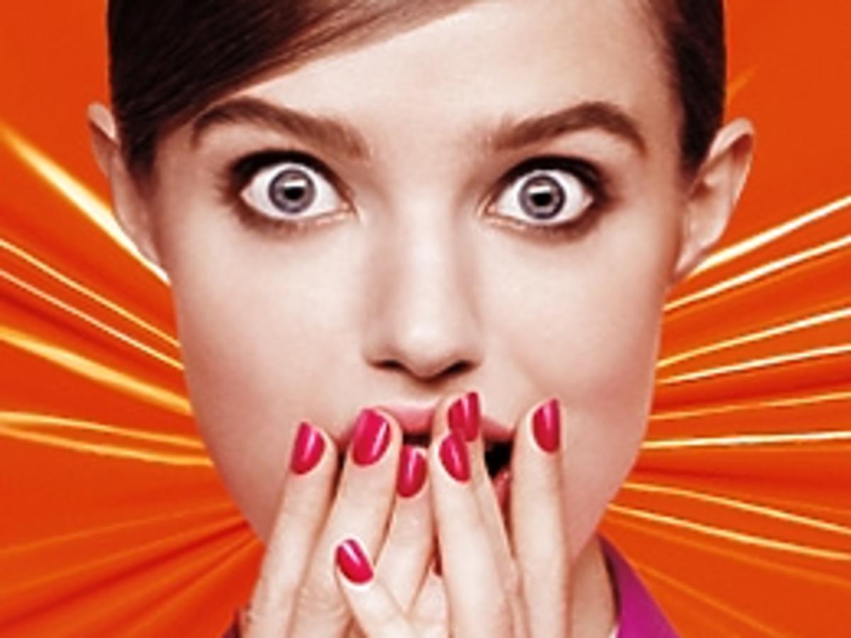 Dziewczyna z kolorowymi paznokciami