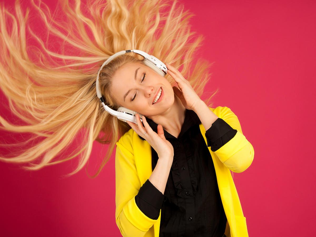 dziewczyna ze słuchawkami nausznymi na uszach