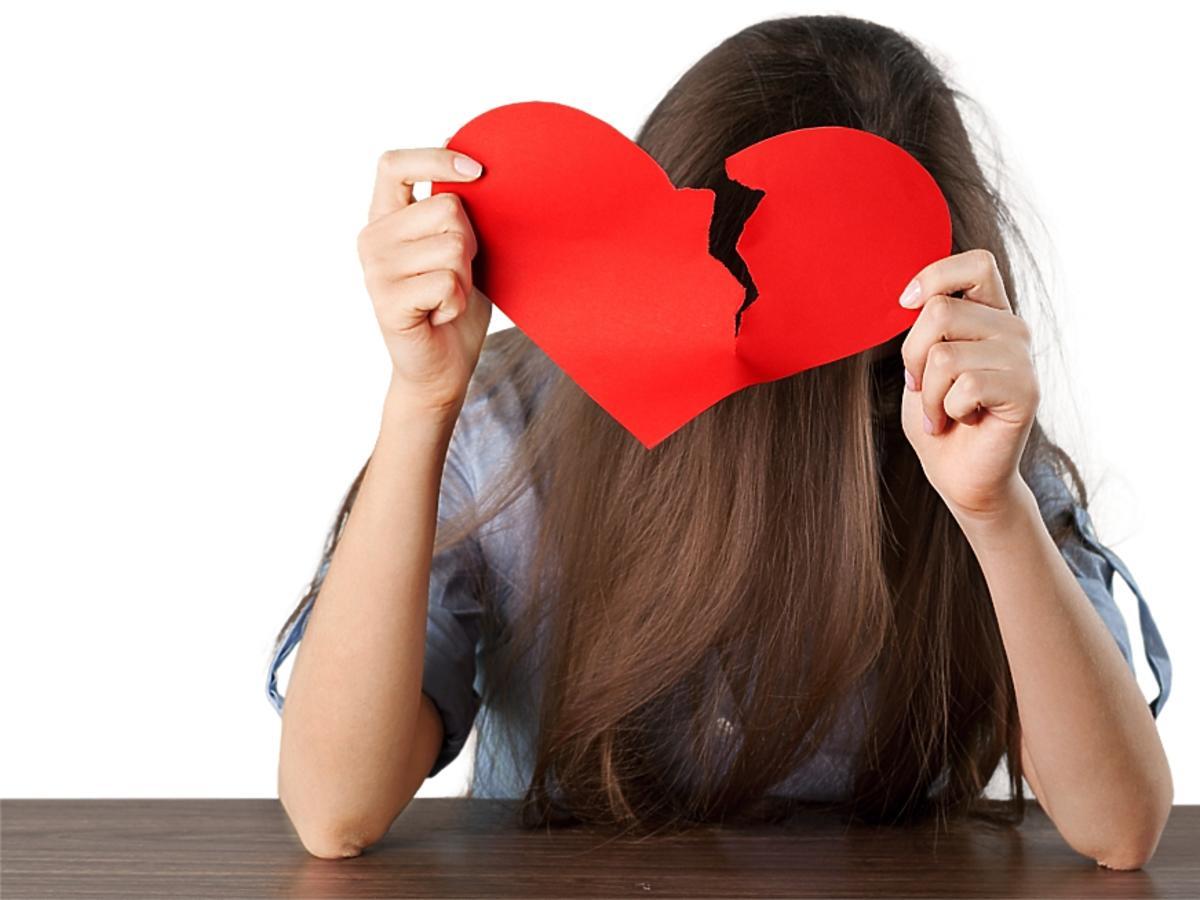 Dziewczyna ze złamanym sercem.