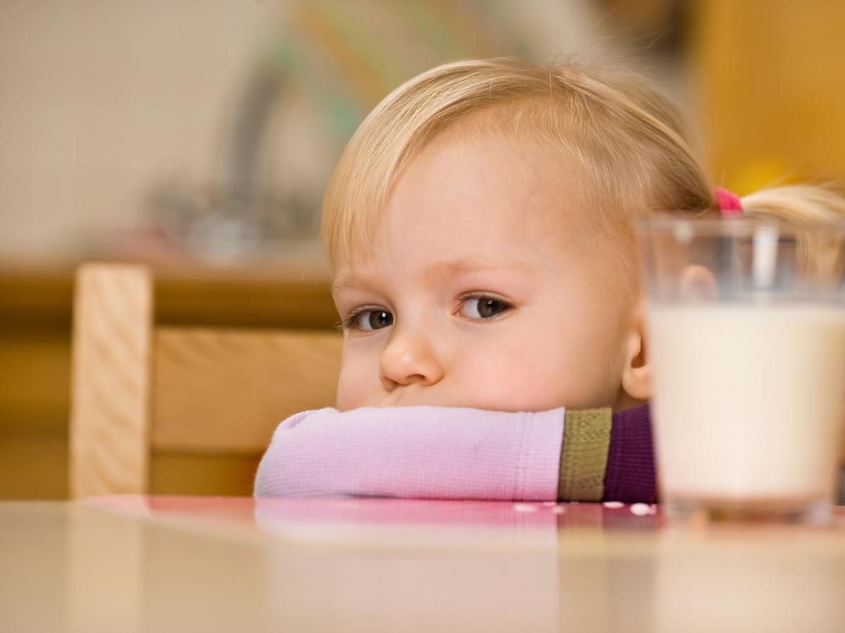 dziewczynka i szklanka z mlekiem
