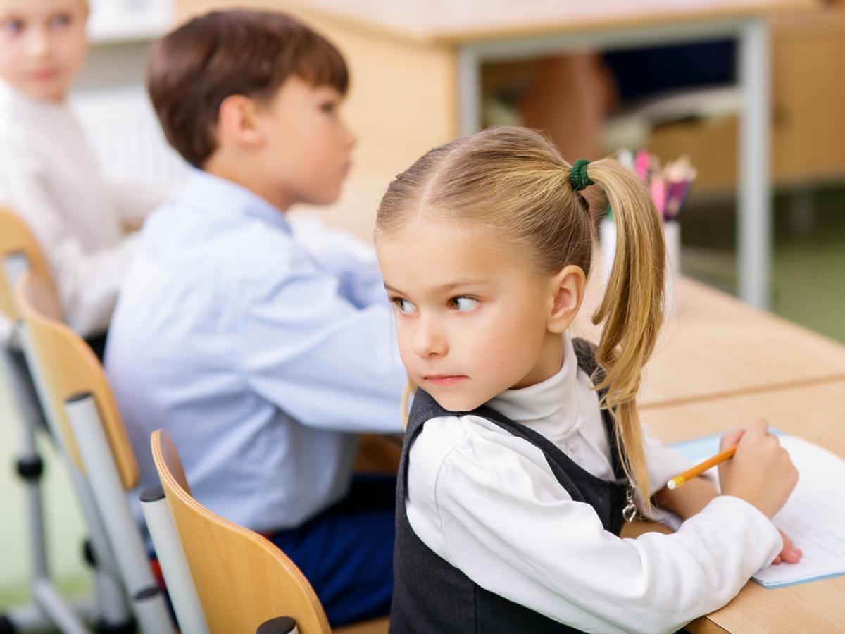 Dziewczynka oglądająca się za siebie