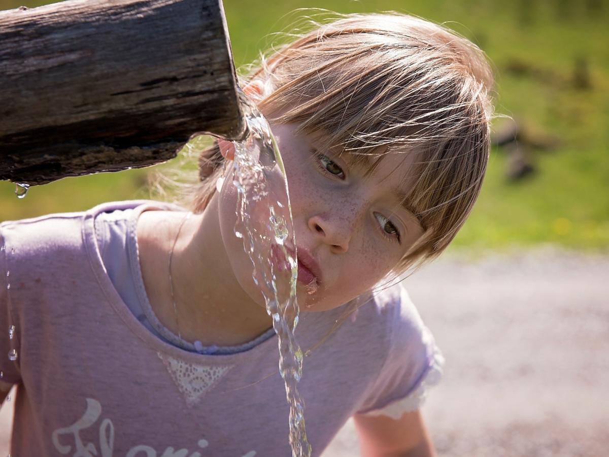 dziewczynka polewa się wodą