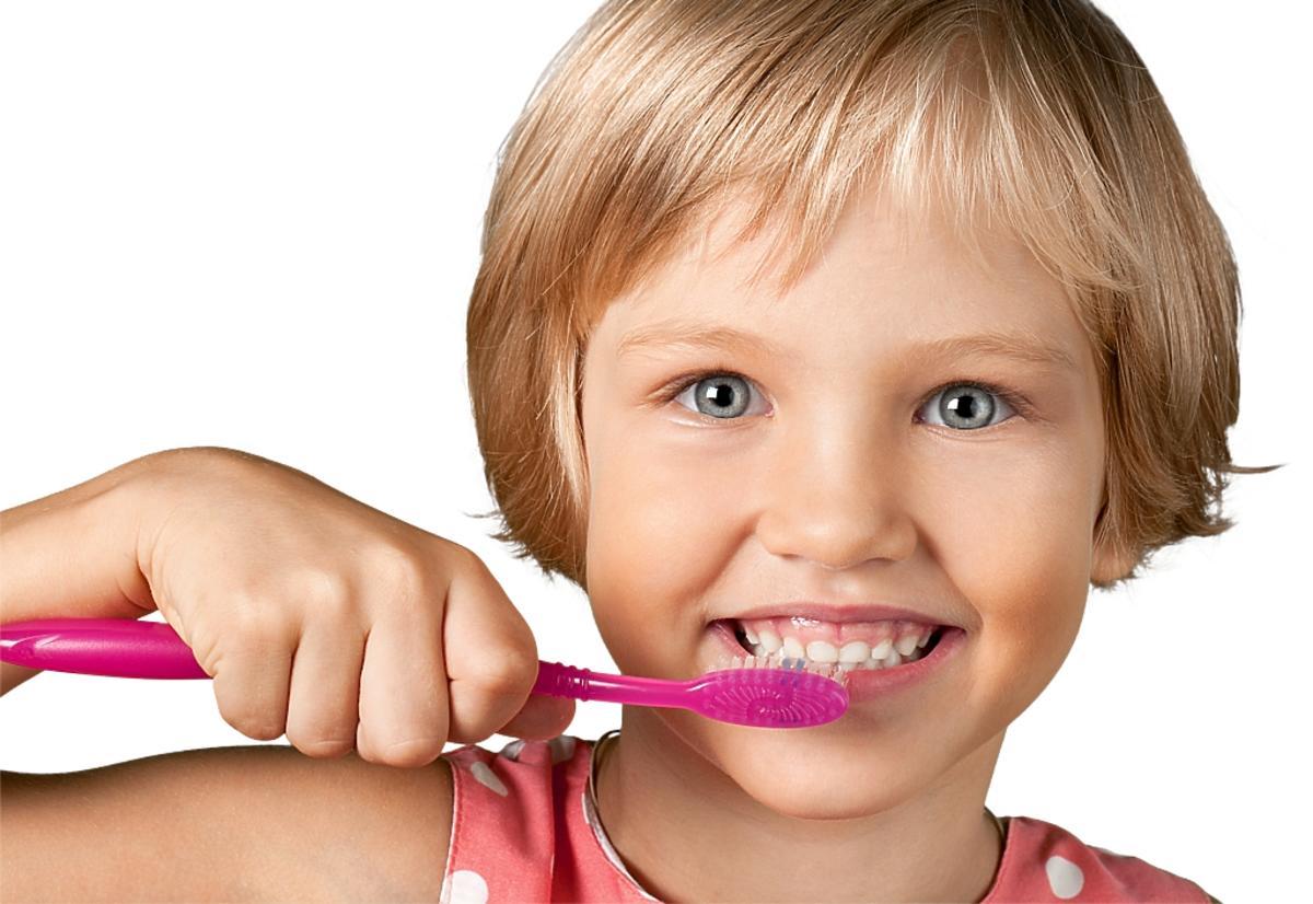 Dziewczynka szczotkuje zęby