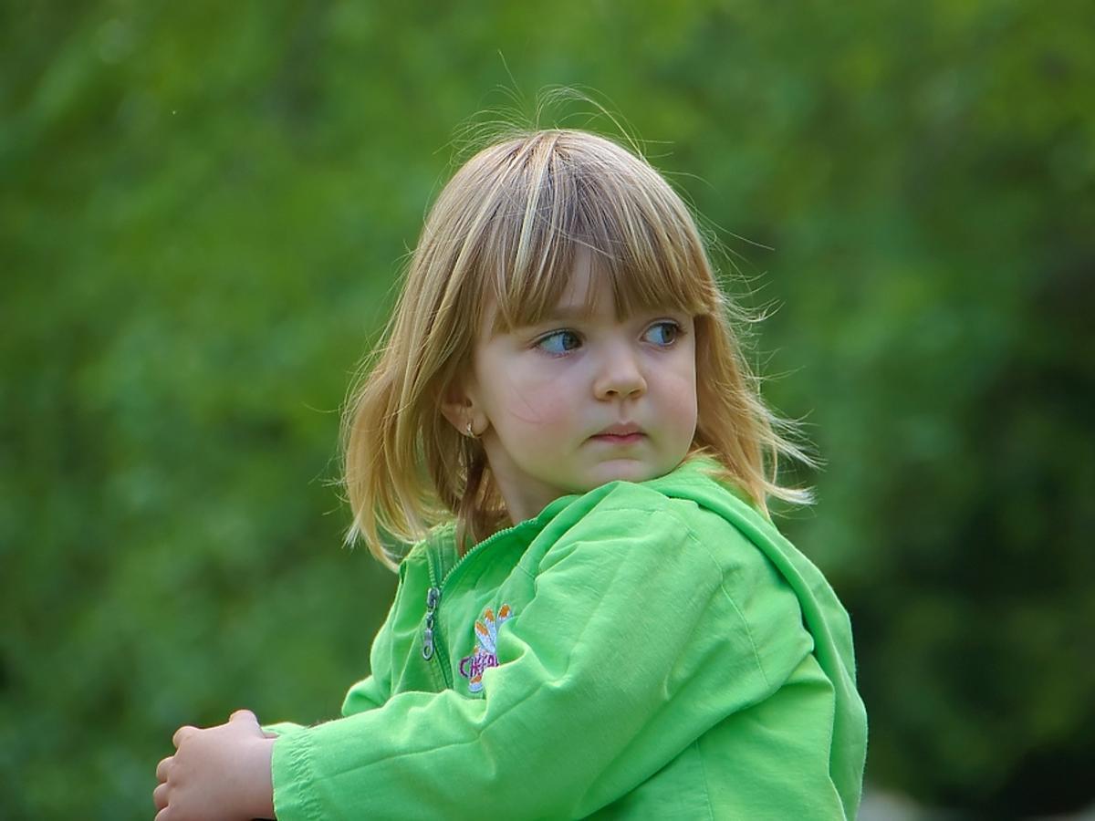 dziewczynka ubrana na zielono