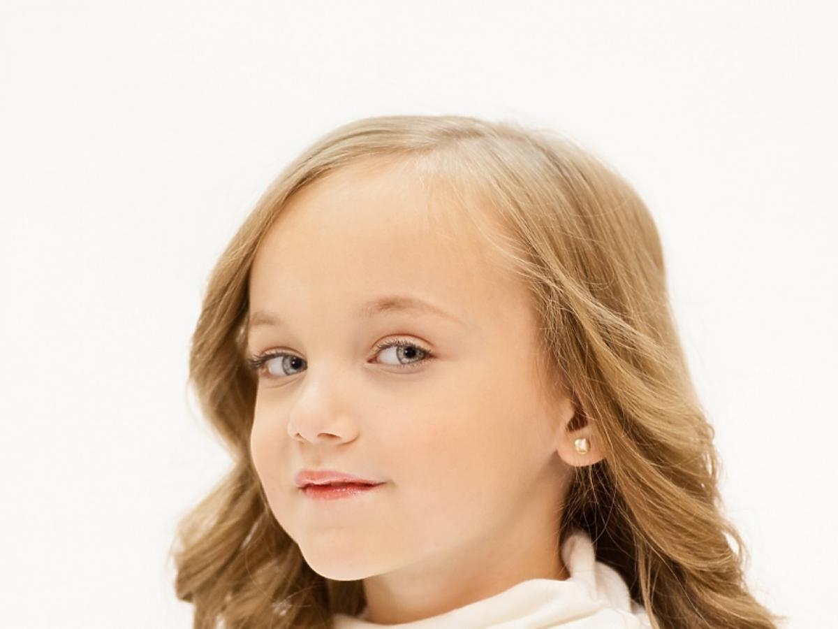 Dziewczynka z rozpuszczonymi długimi włosami