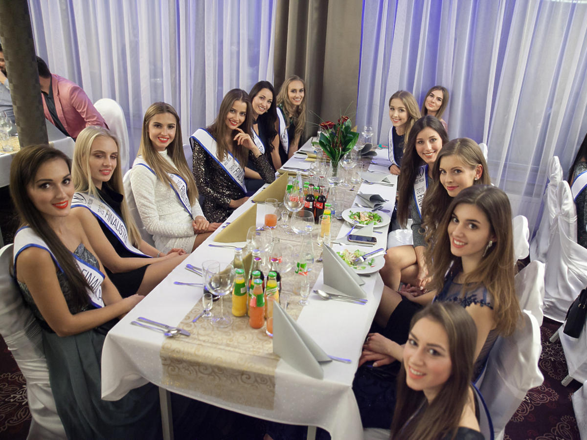 Dziewczyny siedzą przy stole