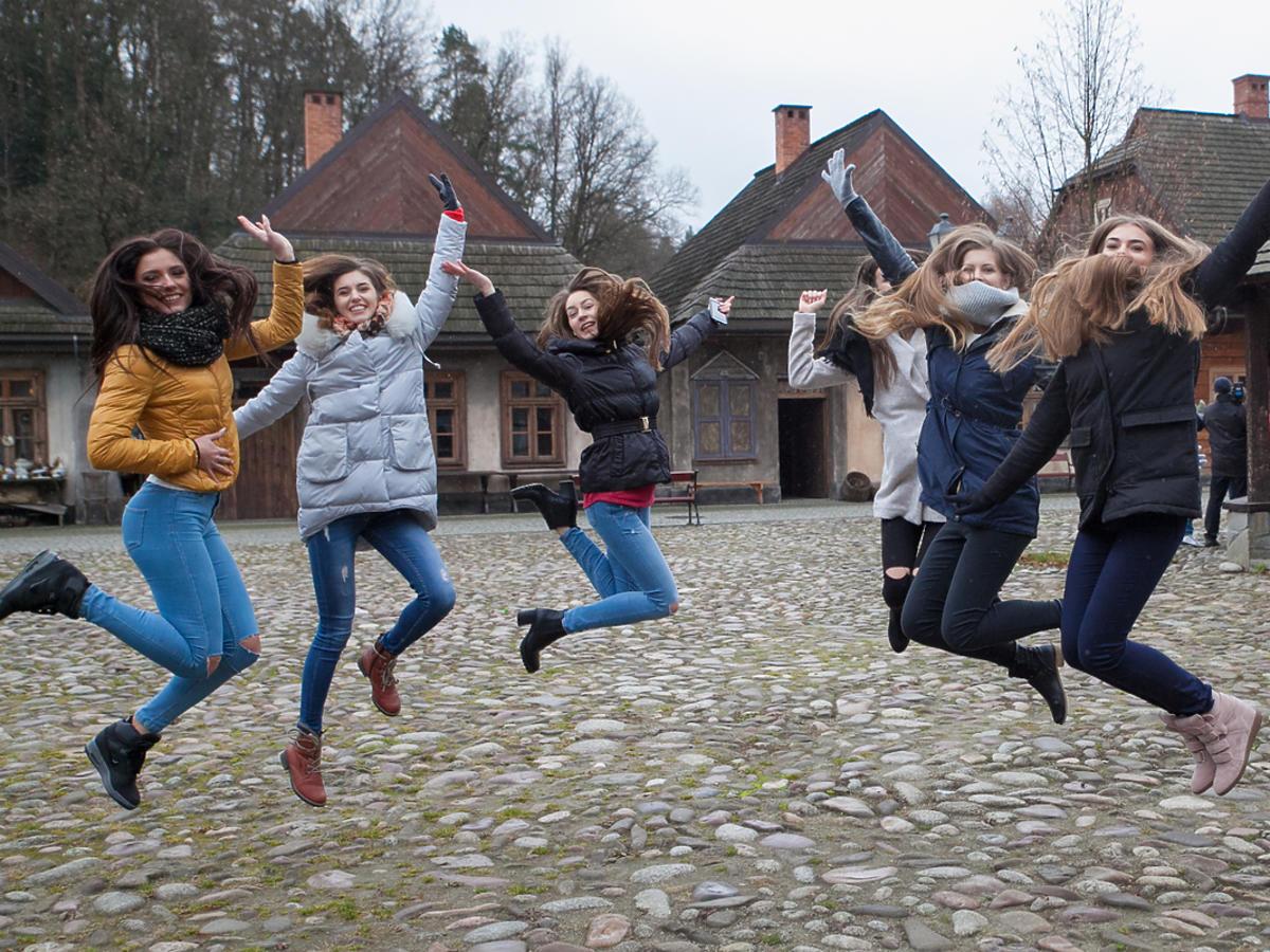 Dziewczyny skaczą do góry